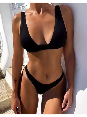 Черный сексуальный купальник с глубоким вырезом